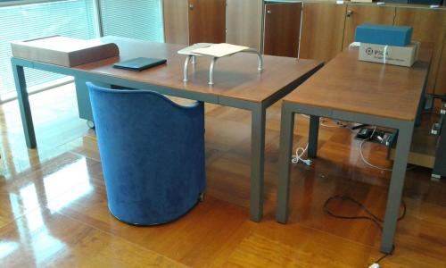 ufficio direzionale  con scrivanie rettangolari 2 x 100 e 2 x 60 - mobile basso - tavolino tondo 130 - poltroncine blu (1)
